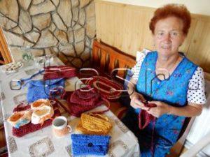 BANSKÉ: Seniori z obce vyrábajú tkané koberce, háčkované tašky i vonné vrecúška