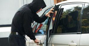 VRANOV: Zlodej si odniesol z naštartovaného auta zaujímavý lup v hodnote 1400 eur!