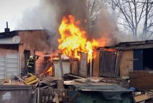 BANSKÉ: Pri požiari šiestich chatrčí v miestnej osade nikto neutrpel zranenie