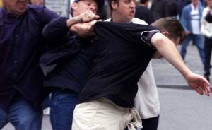 LÚPEŽ PRED OBCHODNÝM DOMOM: Muža najprv bezcitne zbili a potom okradli!
